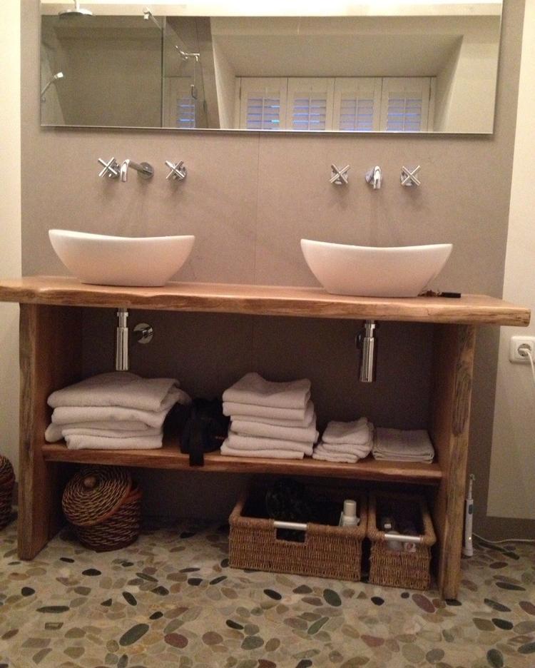 Prachtig badkamermeubel op maat. De boomschorsrand zit er nog aan ...