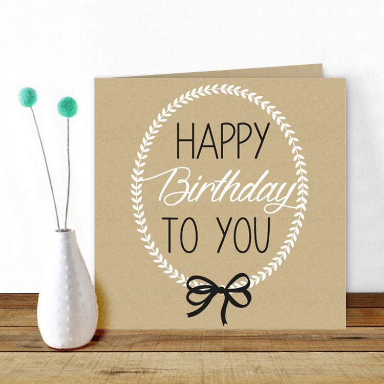 een mooie chique verjaardagskaart met een kraft achtergrond en een