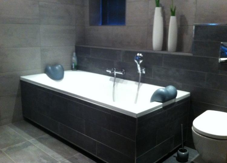 Badkamer tegels grijs welke kleur tegels badkamer tg wonen woonmagazine - En grijze bad leisteen ...