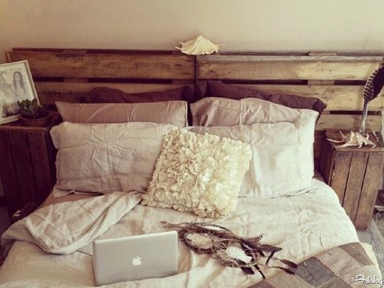 Bed Van Pallets : Pallets gebruiken als hoofdeinde van je bed foto geplaatst door