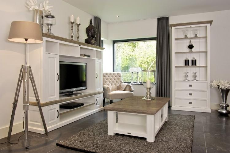 Woonkamer met witte meubels. Foto geplaatst door Ambitious op Welke.nl