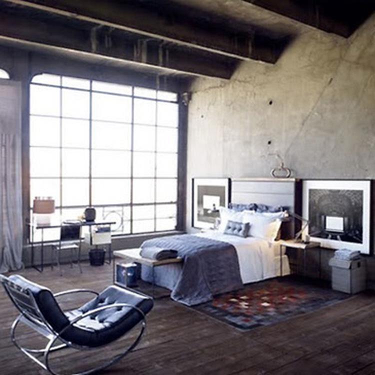 Slaapkamer met houten vloer, houten balken, design fauteuil, grote ...