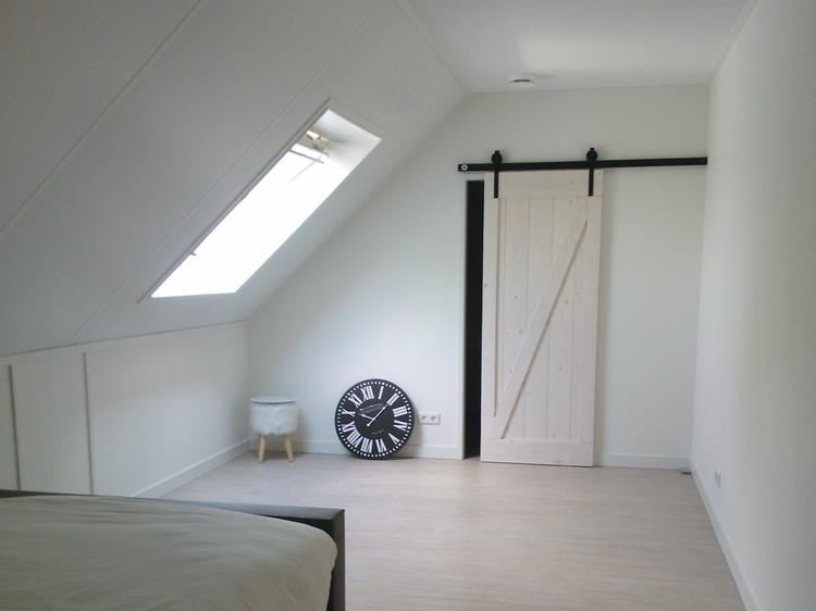 Lichte slaapkamer met schuifdeur naar inloopkast. Foto geplaatst ...