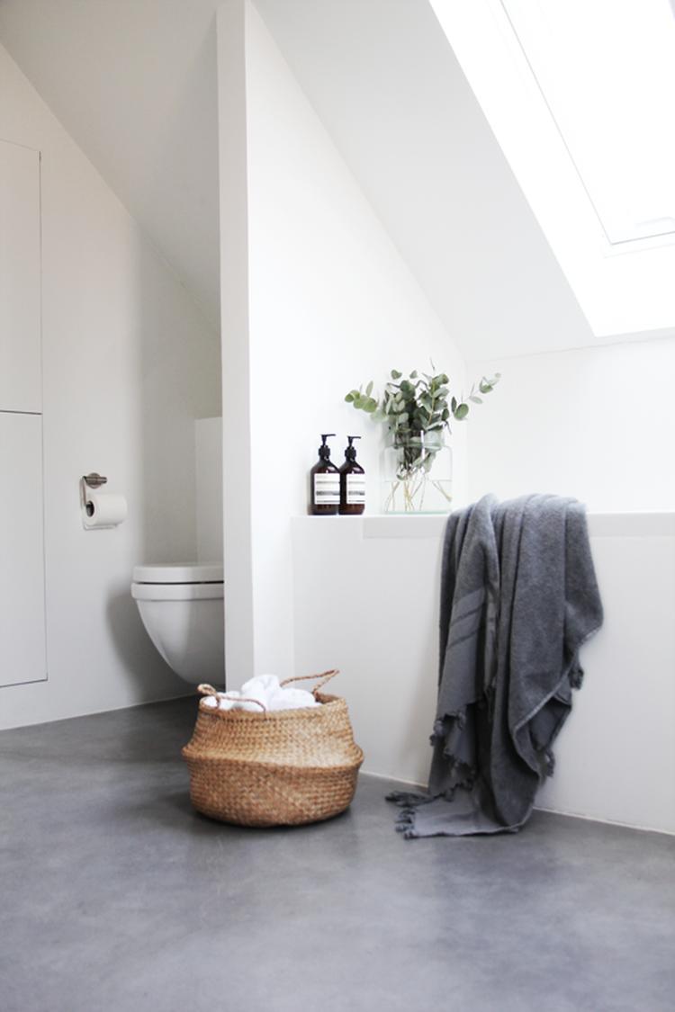 Badkamer; zonder voegen, wit/grijs, natuurlijke materialen (riet ...