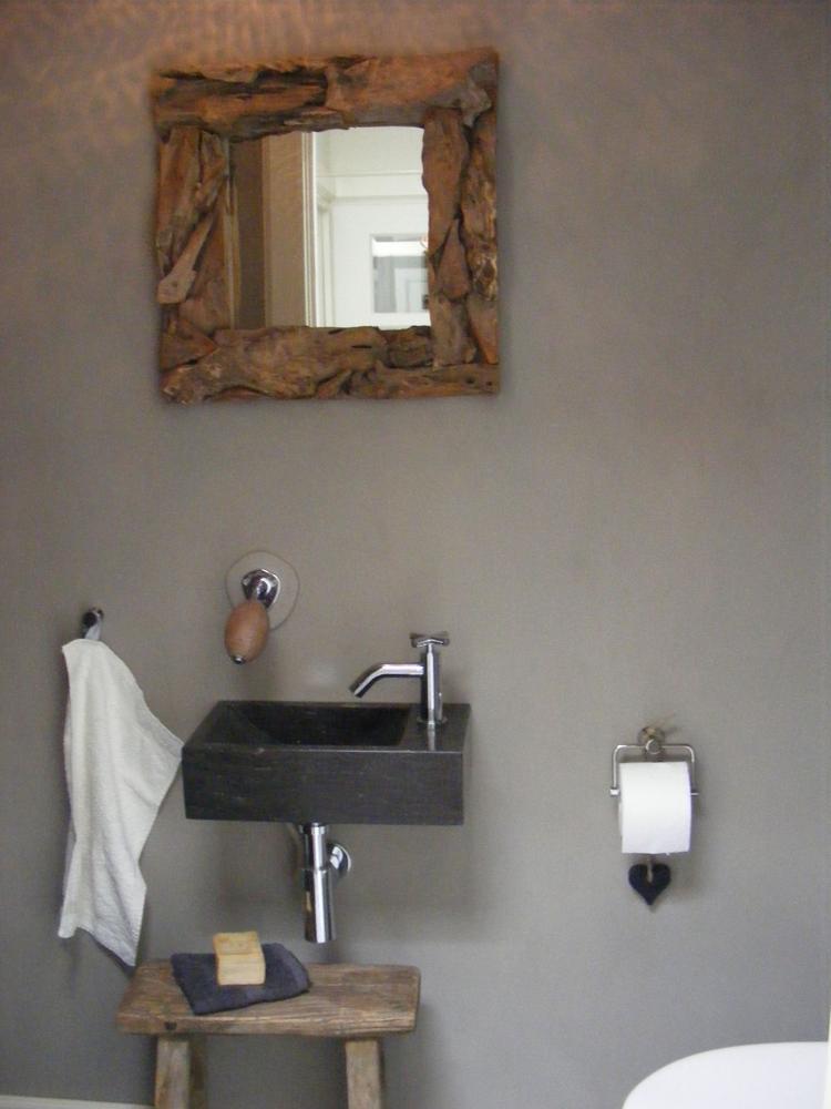 oud krukje, drijfhout spiegel, natuursteen wasbak. Foto geplaatst ...