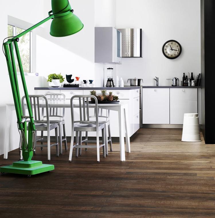Moderne compacte keuken in stadsappartement. Heb je slechts kleine ...