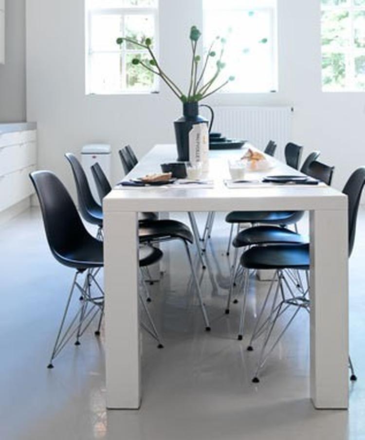 Witte eettafel met zwarte stoelen brouwerijdehogestins for Eettafel stoelen wit leer