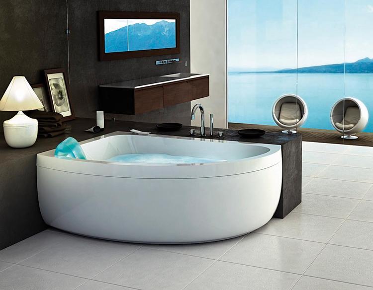 Whirlpool Kleine Badkamer : Half ingebouwde whirlpool in ruime badkamer. dat een hoekbad niet