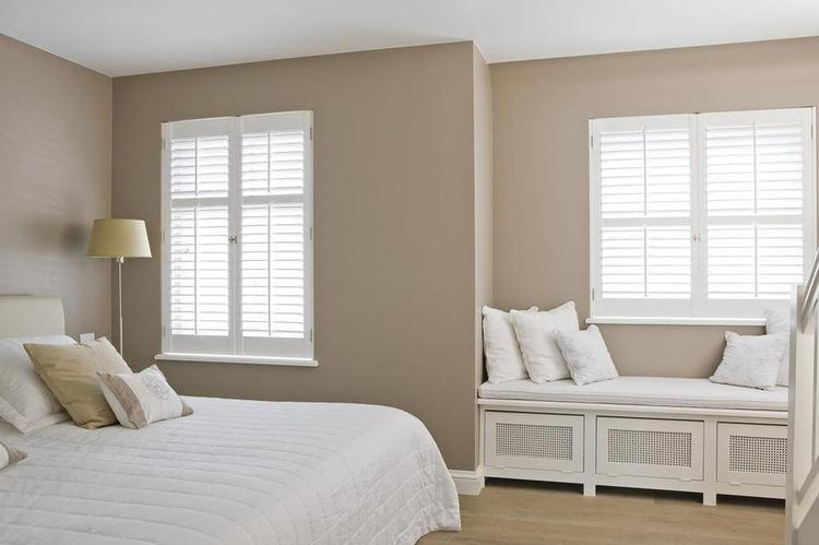 Kleur op muur, houten shutters en vensterbankombouw. Foto geplaatst ...