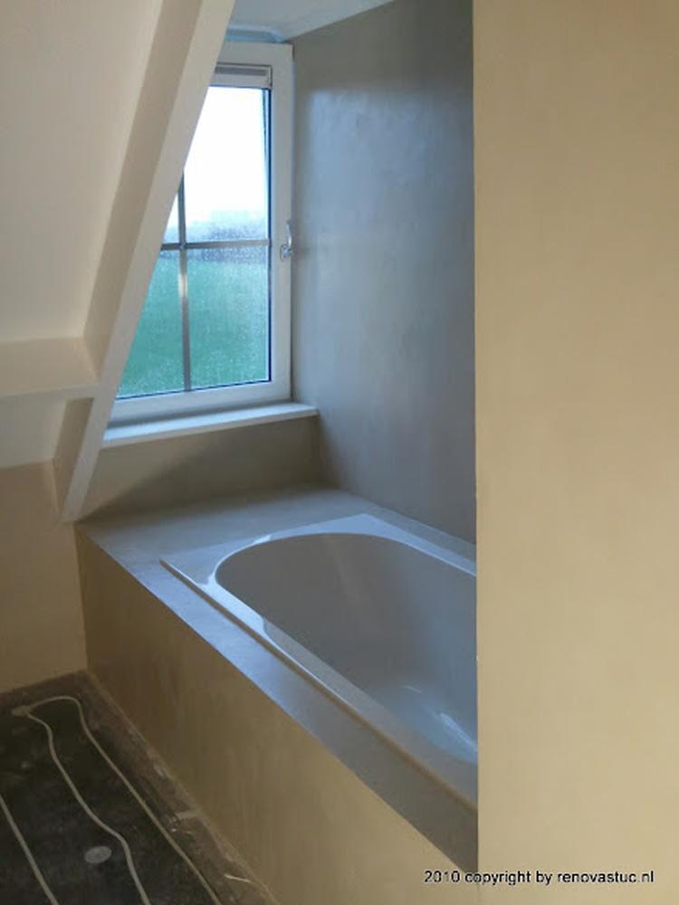 betonstuc badkamer voorbeeld van indeling bad onder schuine wand in ...