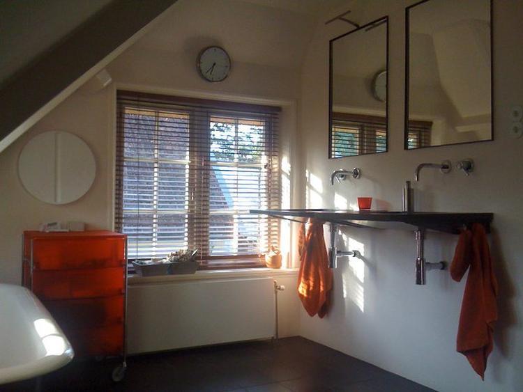 Badkamermeubel Onder Wastafel : Badkamer onder schuin dak met zwevende wastafels foto geplaatst