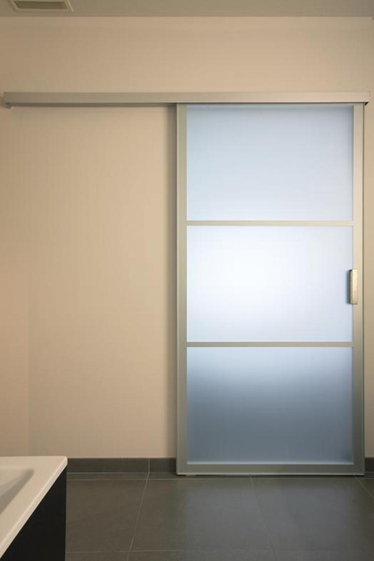 Design schuifdeur in een moderne badkamer van Anyway Doors. Het ...