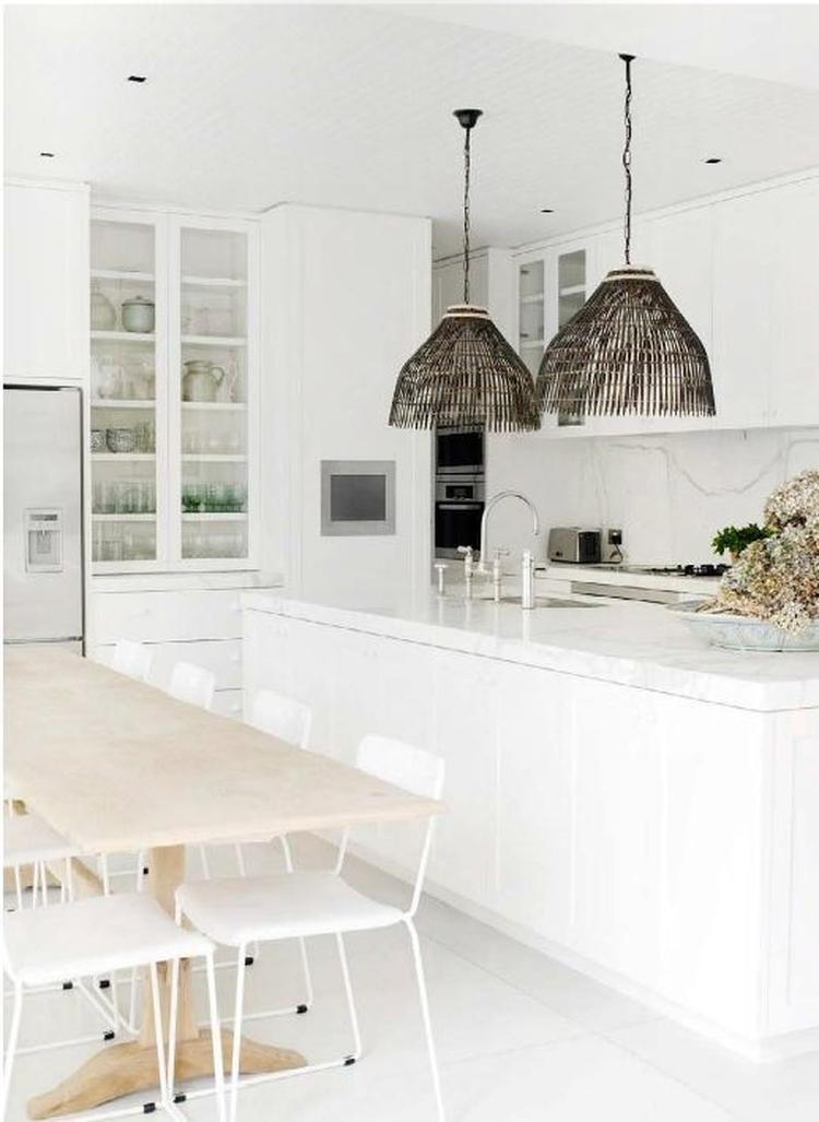 Stoere witte keuken met landelijk accent: kijk voor oude eettafels ...