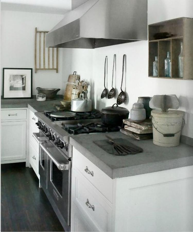 stoere keuken met beton aangekleed met brocante accessoires. Kijk ...
