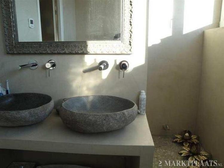Badmeubel van beton cire met natuurstenen wasbak. foto geplaatst