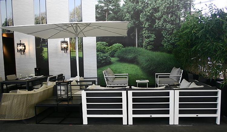 Moderne tuin met leisteen terrastegels verkrijgbaar bij