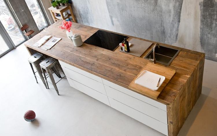 Houten Keuken Geverfd : Een houten keuken gematcht met dezelfde houten vloer is