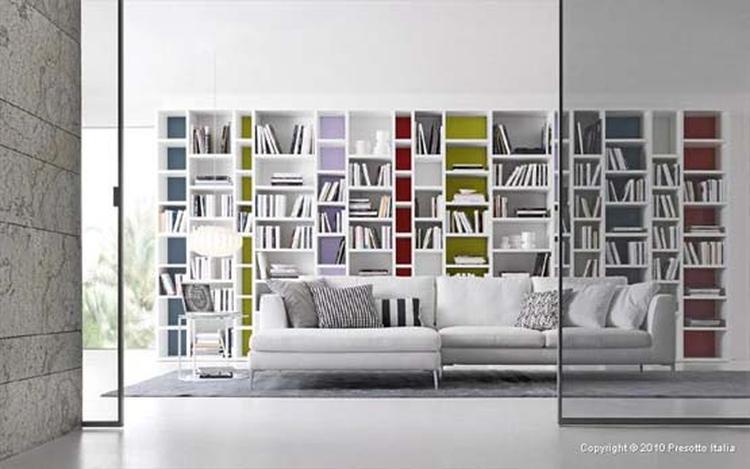 Mooie boekenkast met gekleurde achterwandjes.. Foto geplaatst door ...