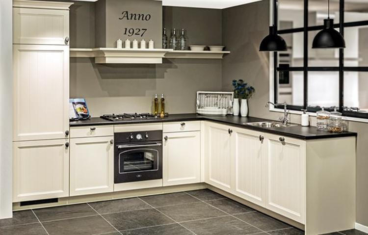 Achterwand Keuken Taupe : Mooi kleurencombi donkere vloer witte keuken zwart blad en