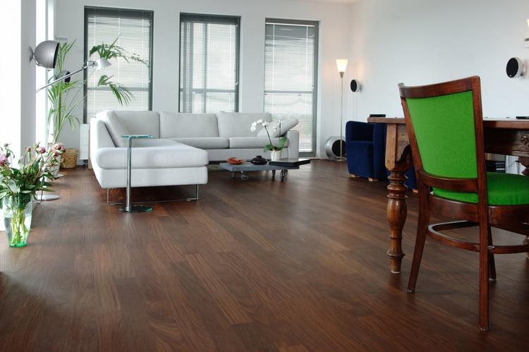 Woonkamer in stijlvol appartement met afrormosia houten vloer het