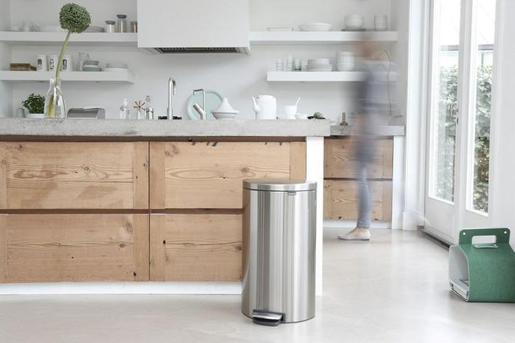 Houten keuken, licht aanrechtblad (beton), afzuigkap in de muur ...