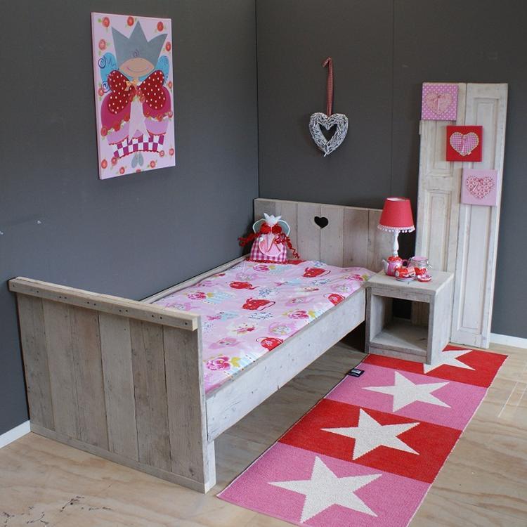 babykamer kleuren natuurlijk grijs en rood. foto geplaatst door, Deco ideeën