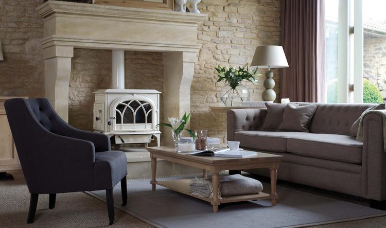 Sfeervolle woonkamer met meubels van Neptune: fauteuil Amelia, bank ...