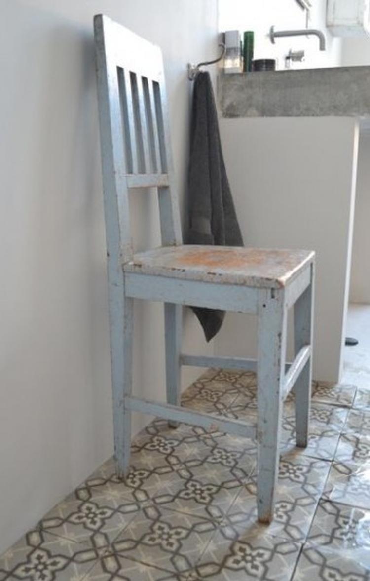 leuke stoere badkamer met oude tegeltjes en betonnen wasbak. het, Badkamer