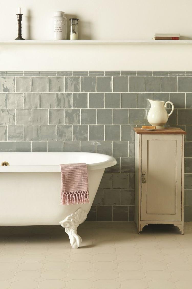 Mijn favoriete badkamer. Prachtig met die grijze tegels en het bad ...