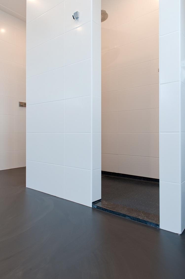 een gietvloer kan heel goed in je badkamer foto geplaatst door