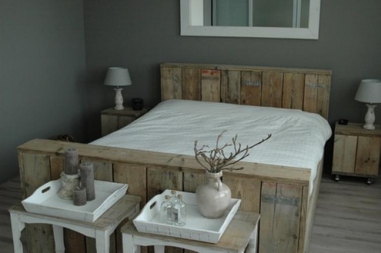 Prachtige slaapkamer met combinatie steigerhouten bed en grijze ...