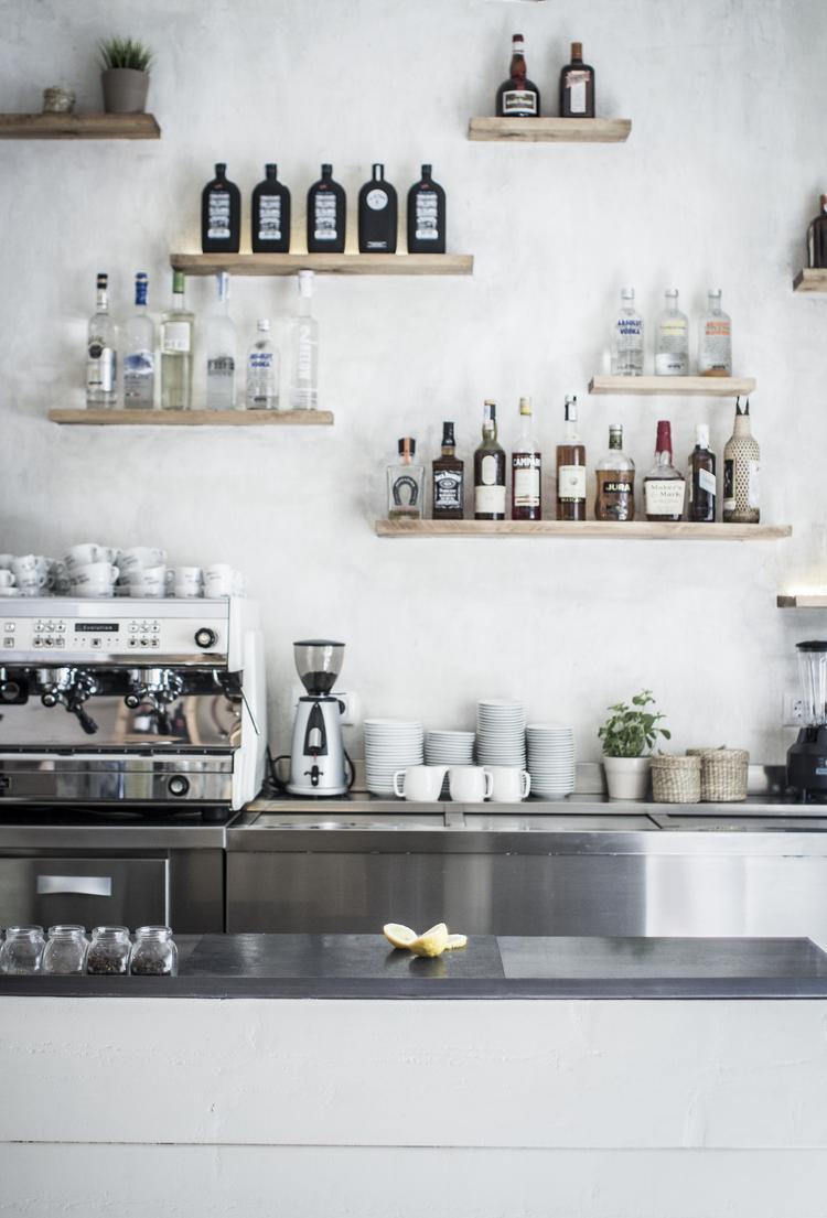 Leuke keuken met kleine plankjes aan de muur. foto geplaatst door ...