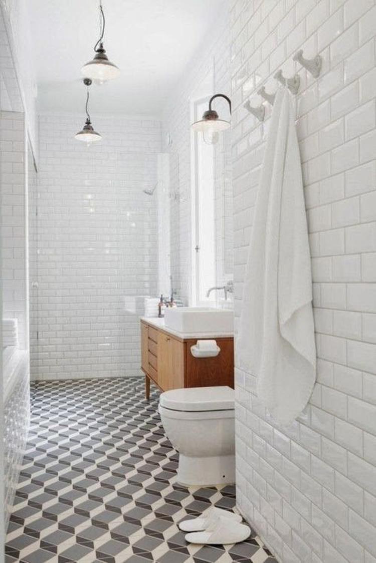 Metro tegels voor de badkamer. En wat een mooie vloer!. Foto ...
