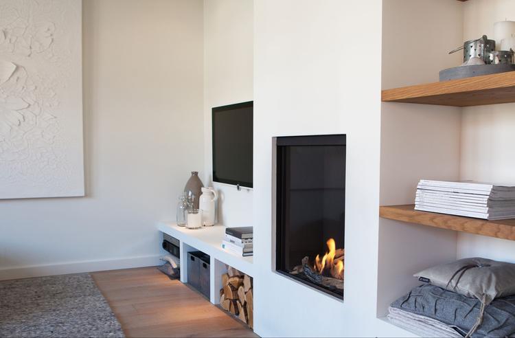 Gezellige en praktische wand met openhaard en tv. Ontworpen en ...