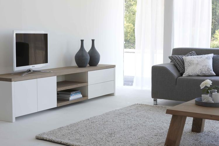 Een interieur waar robuust hout samenkomt met glad spuitwerk !! Tv ...