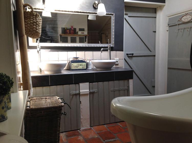 Landelijke badkamer met grijstinten. foto geplaatst door