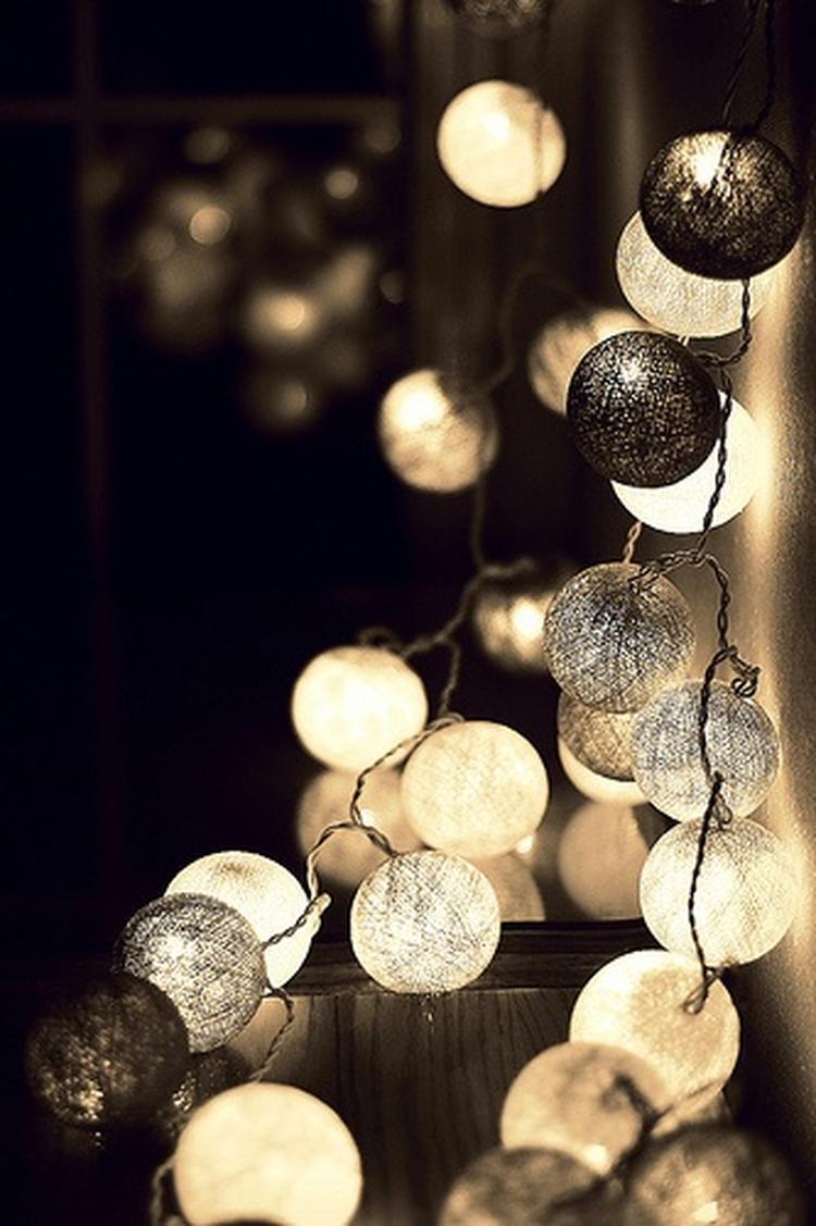 Happy Lights; een lichtslinger van gekleurde katoenen bollen. De ...