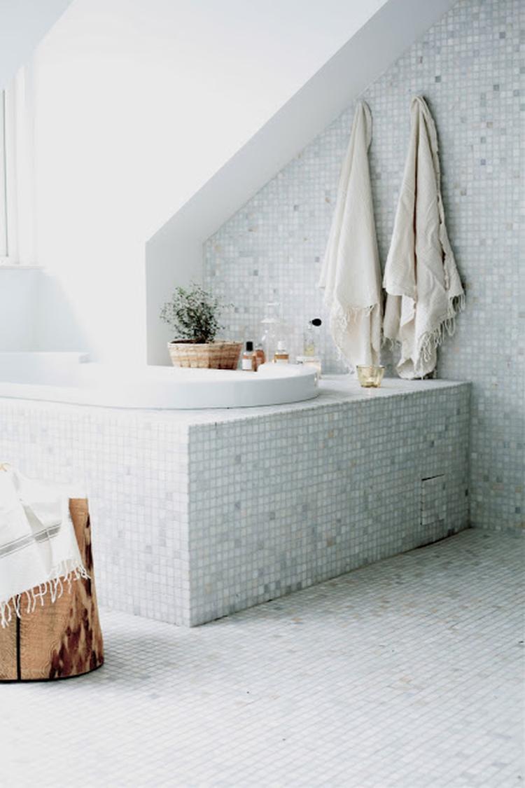 Mooie badkamer met kleine tegeltjes. Foto geplaatst door Ietje op ...