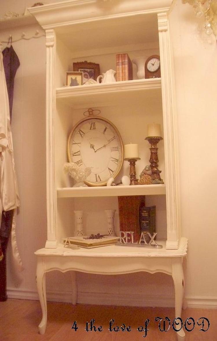 leuk idee , oude boekenkast op een oud tafeltje samen nieuwe kast ...