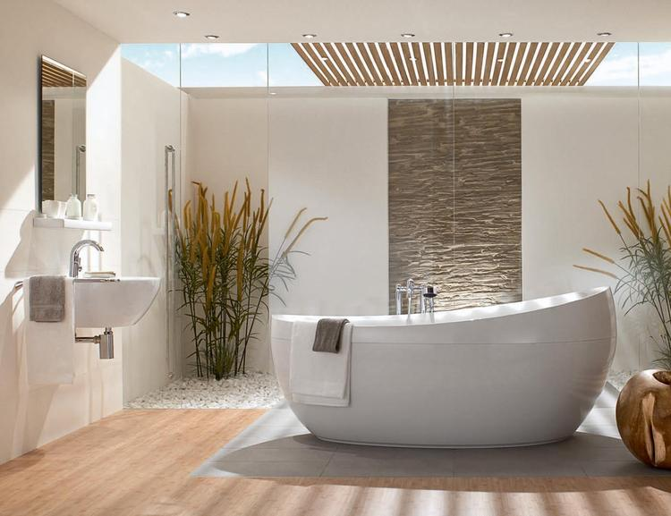 Badkamer met ovaal vrijstaand bad. De parel van deze badkamer is ...