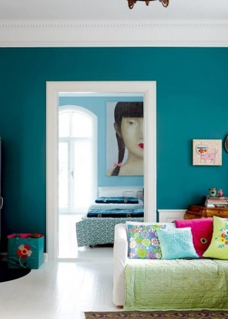 dol op deze turquoise muur kleur in combi met wit foto geplaatst