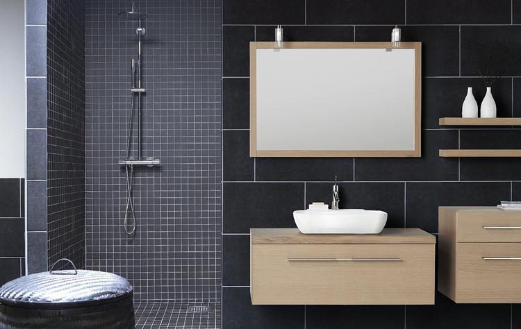 licht houten badkamermeubel breekt juist mooi de donkere badkamer op