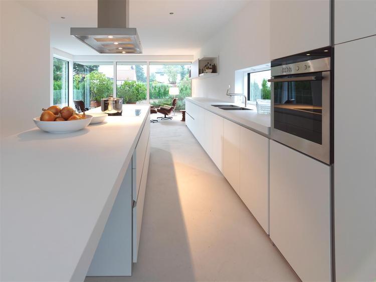 Strakke keuken van met raam boven het aanrecht. een raam boven je