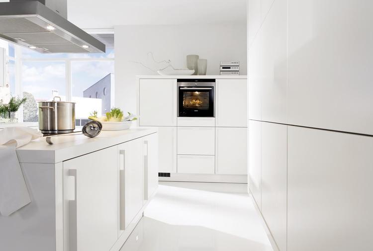 Witte keuken met onopvallende handgrepen wil je wel graag