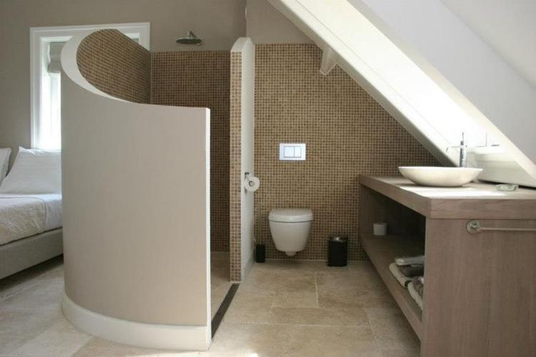 zeer mooie badkamer met inloop douche voor op de slaapkamer. Foto ...