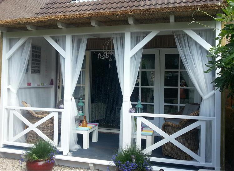 Super Veranda met rieten dak en klamboe gordijnen tegen de muggen.. Foto  @FX81