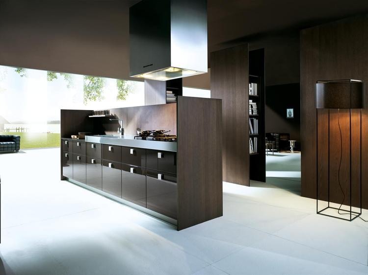 Hoogglans gecombineerd met hout in moderne keuken. Deze keuken is ...