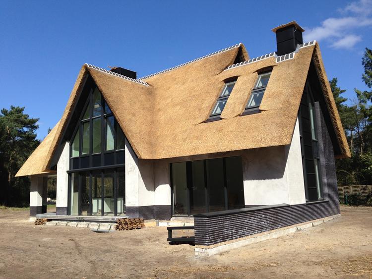 Super mooi huis. vooral de kleuren en materialen. het rieten dak in