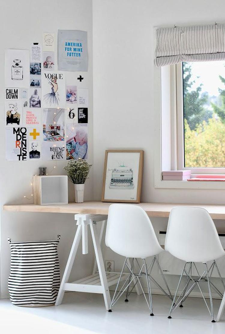 toffe bureau voor in woonkamer. houten blad op schragen.. Foto ...