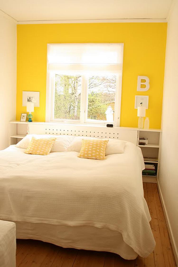 Mooie combinatie van witte kozijnen met een gele muur. Foto ...